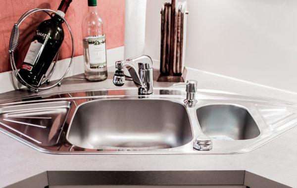 Küchengeräte jeder Art und auch Spülbecken – wir bauen alles passgneau ein.